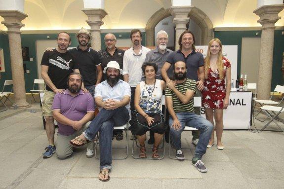 Elenco de actores extremeños, junto al director del montaje y responsables de la música y escenografía de 'Edipo Rey'. :: J. M. Romero